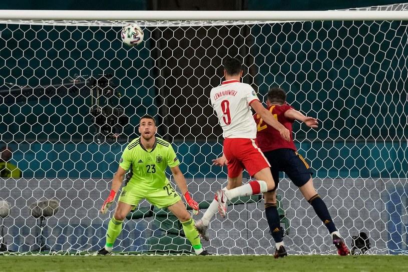 Robert Lewandowski strzela gola na 1-1 w meczu Hiszpania - Polska na Euro 2020 /AFP