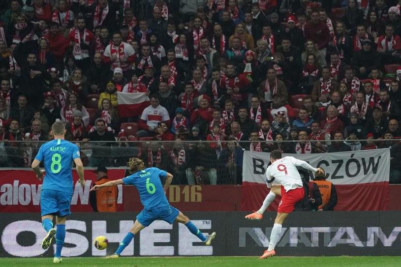 Robert Lewandowski strzela gola na 2-1 /AFP