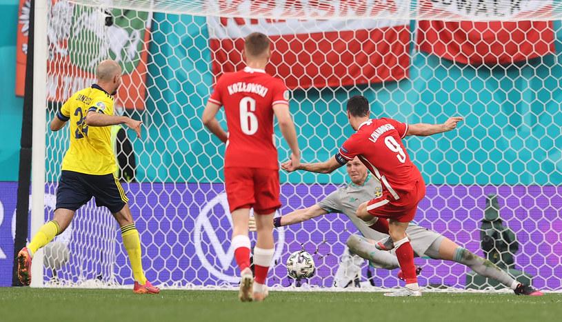 Robert Lewandowski strzela gola na 2-2 w meczu Polska - Szwecja na Euro 2020 /Lars Baron /Getty Images