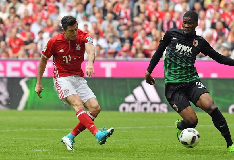 Robert Lewandowski strzela gola na 3-0 z Augsburgiem /PAP/EPA