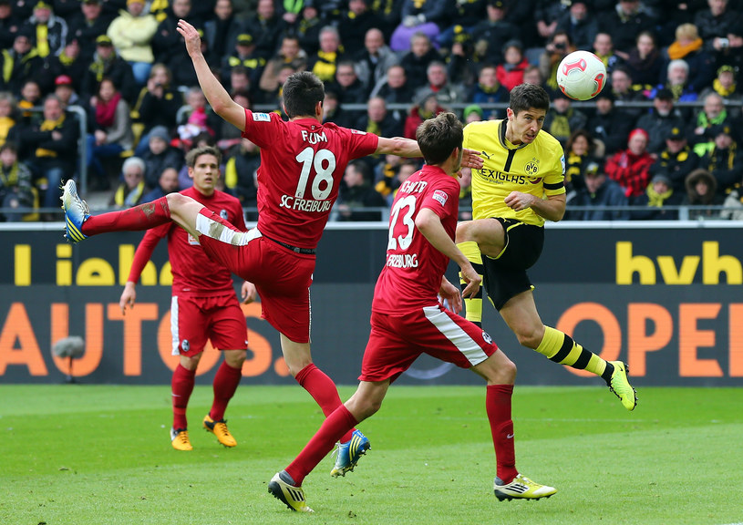 Robert Lewandowski strzela gola SC Freiburg /Martin Rose /Getty Images