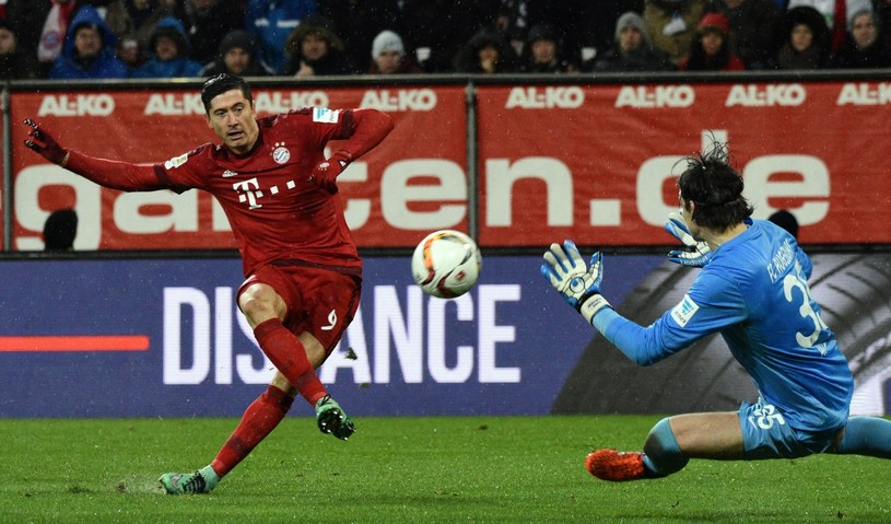 Robert Lewandowski strzela gola w meczu z FC Augsburg /PAP/EPA