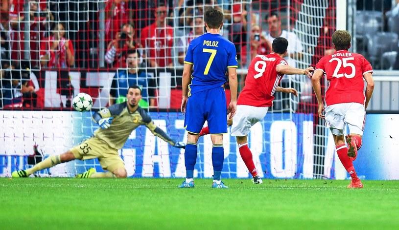 Robert Lewandowski strzela gola z rzutu karnego dla Bayernu /PAP/EPA