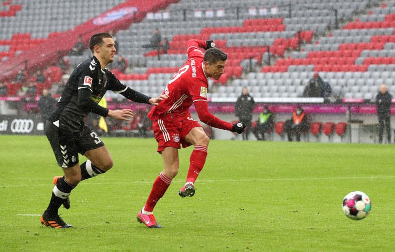 Robert Lewandowski strzela na 1-0 w meczu z SC Freiburg /Alexander Hassenstein /Getty Images