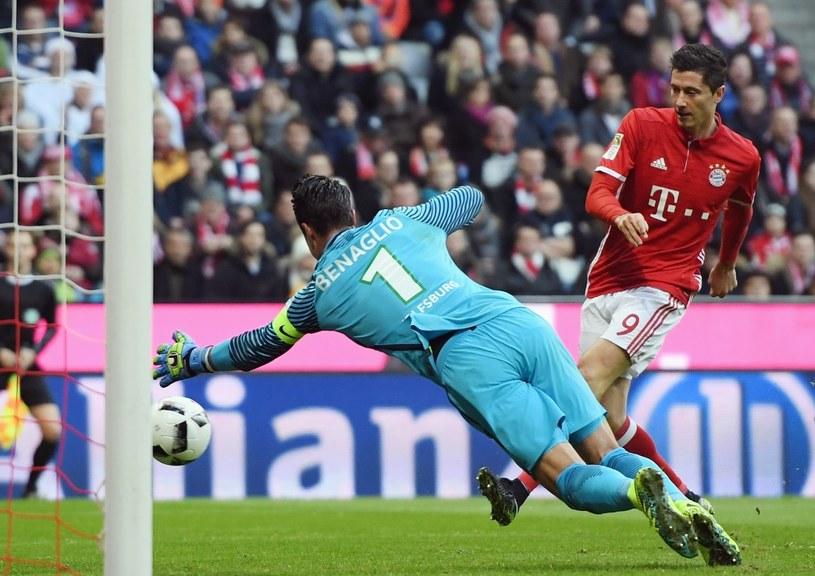 Robert Lewandowski strzela na bramkę VfL Wolfsburg /Getty Images