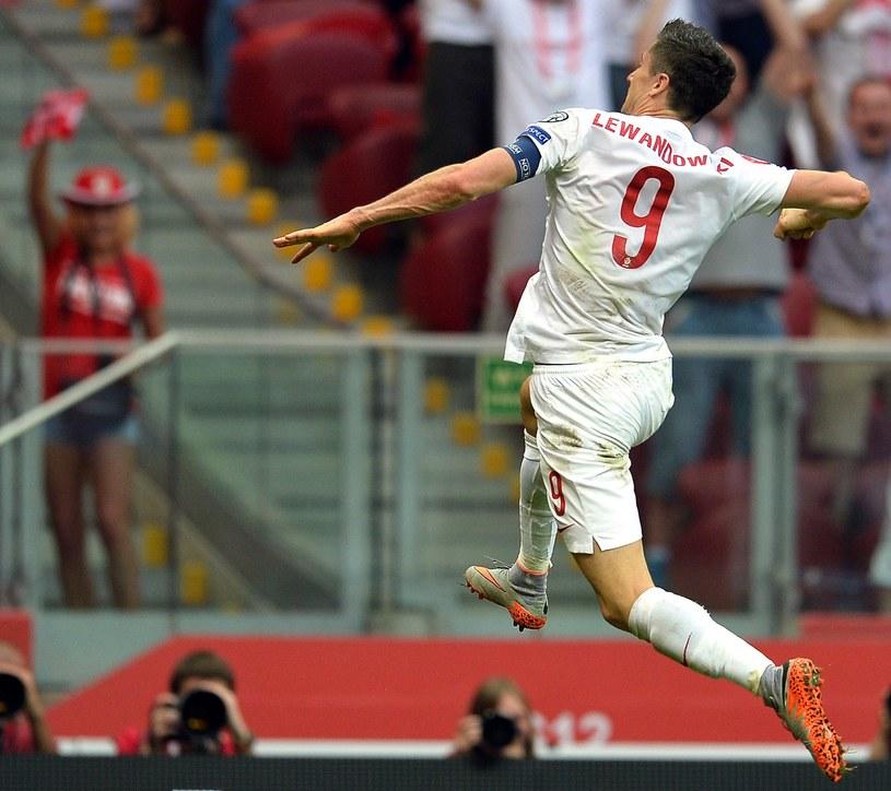 Robert Lewandowski świętuje bramkę w meczu z Gruzją w Warszawie /AFP
