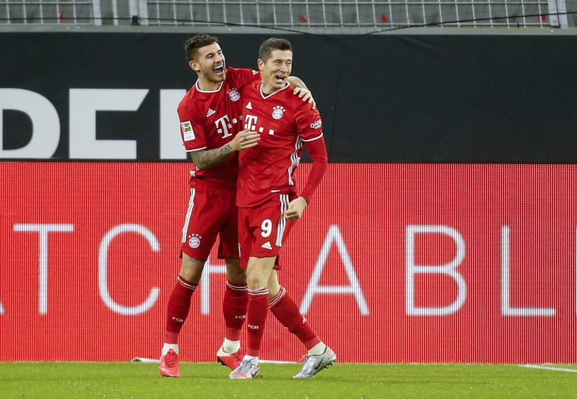 Robert Lewandowski świętuje gola strzelonego Borussii Dortmund wraz z Lucasem Hernandezem /LEON KUEGELER / POOL /AFP