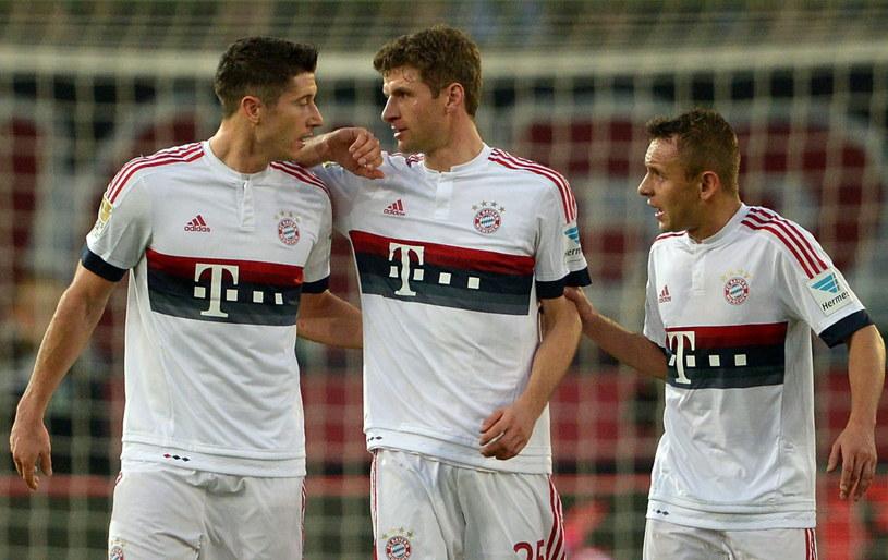 Robert Lewandowski, Thomas Mueller i Rafinha po golu dla Bayernu /AFP