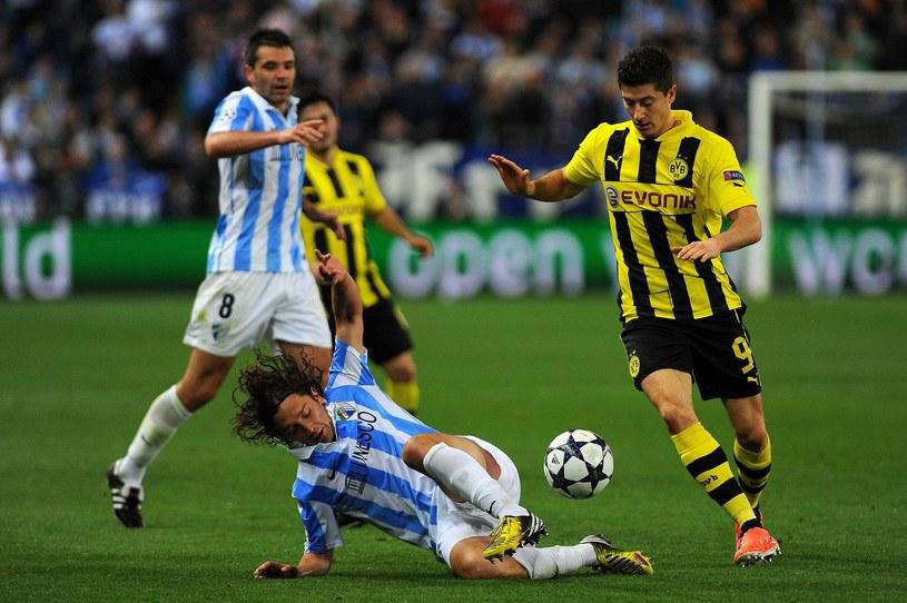Robert Lewandowski ucieka piłkarzom Malagi /AFP