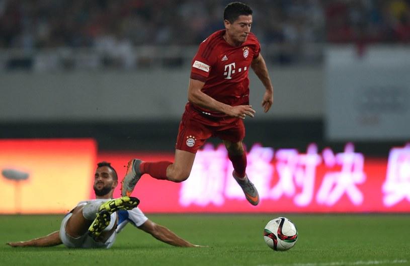 Robert Lewandowski (w czerwonym stroju) to czołowy snajper Bayernu Monachium /AFP