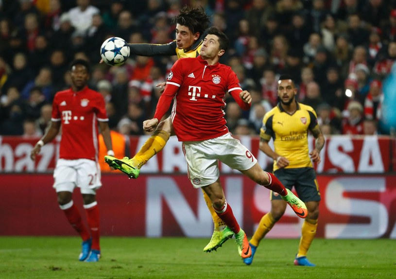 Robert Lewandowski w meczu z Arsenalem /AFP