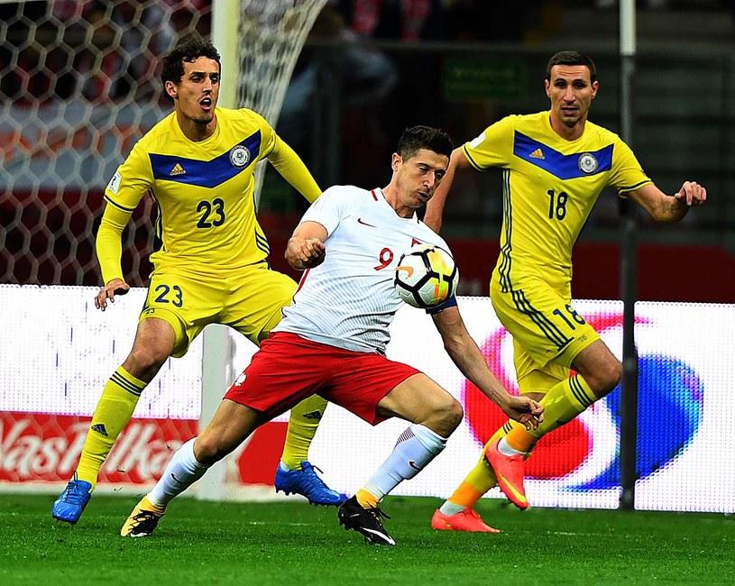 Robert Lewandowski w meczu z Kazachstanem /AFP