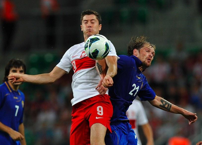 Robert Lewandowski w meczu z Mołdawią /AFP