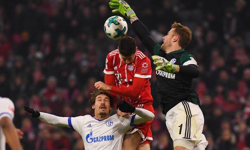 Robert Lewandowski w meczu z Schalke /PAP/EPA
