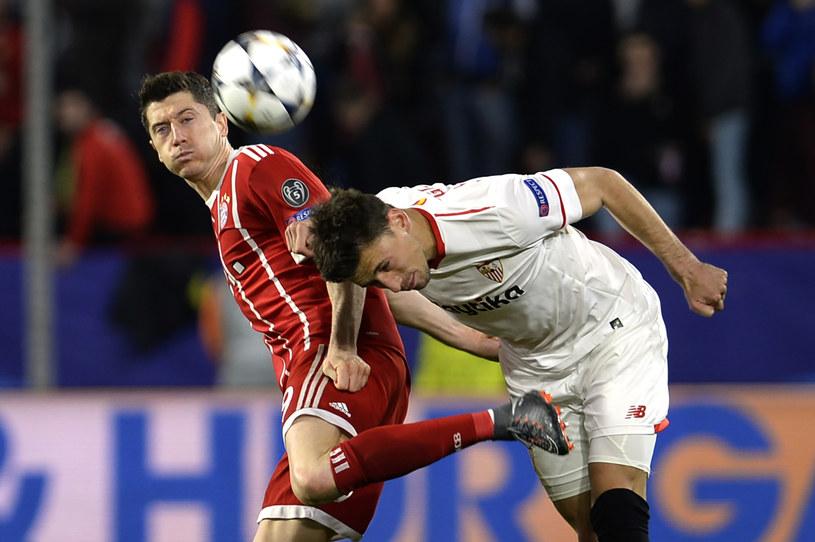 Robert Lewandowski w meczu z Sevillą /AFP