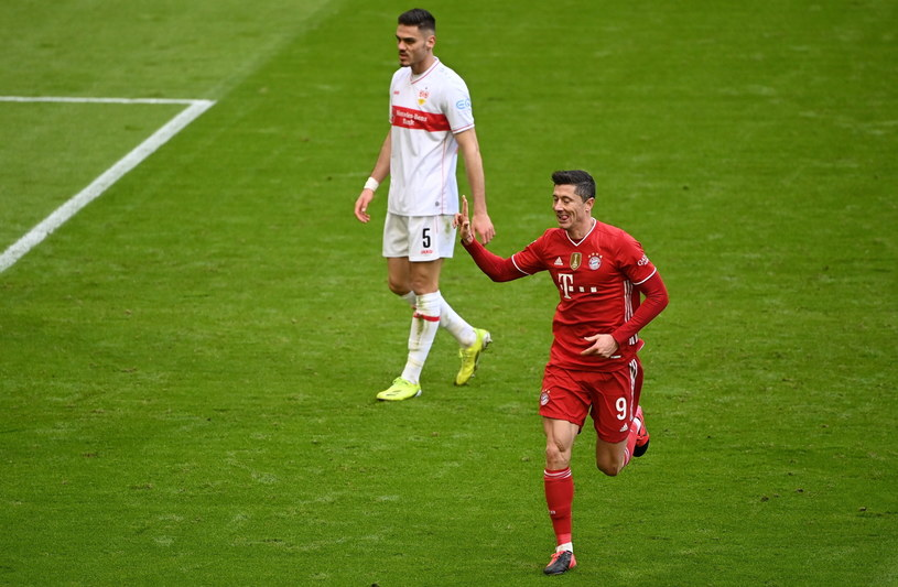 Robert Lewandowski w meczu ze Stuttgartem zdobył trzy bramki /PAP/EPA/MATTHIAS BALK / POOL /PAP/EPA