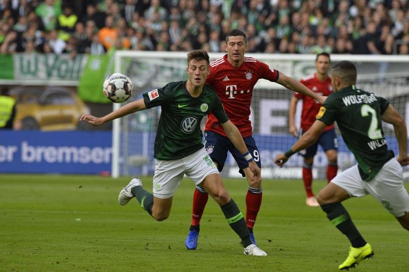 Robert Lewandowski w otoczeniu graczy Wolfsburga /AFP