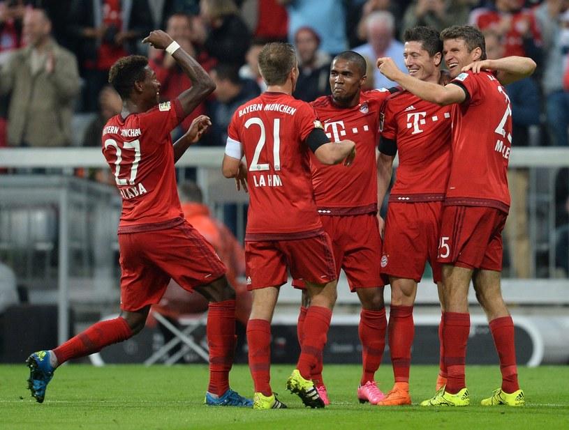 Robert Lewandowski w otoczeniu kolegów z Bayernu podczas meczu z VfL Wolfsburg /AFP