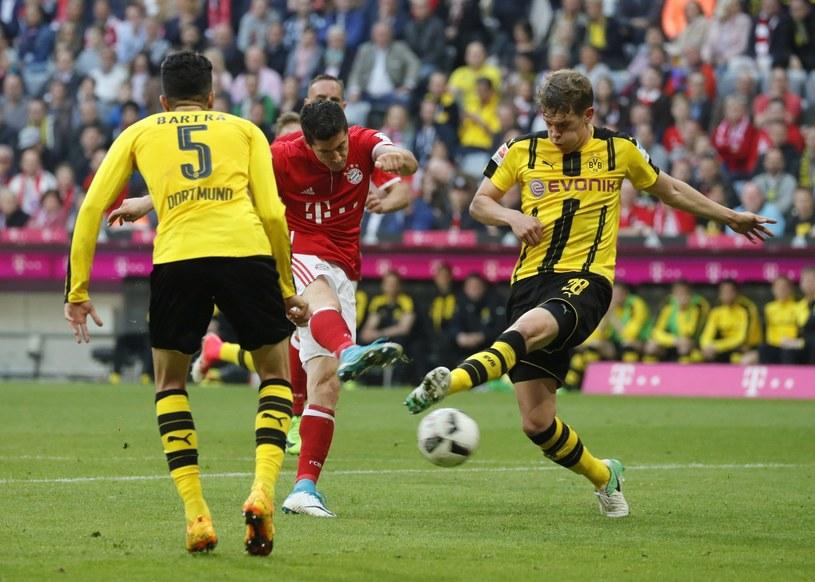 Robert Lewandowski w otoczeniu piłkarzy Borussii Dortmund /PAP/EPA