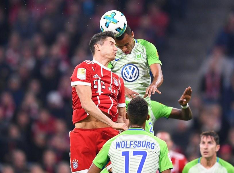 Robert Lewandowski w pojedynku powietrznym z Marcelem Tisserandem z Wolfsburga. /PAP/EPA