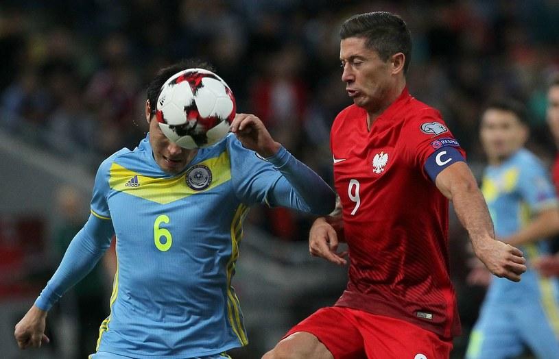 Robert Lewandowski w pojedynku z Jeldosem Achmetowem /AFP