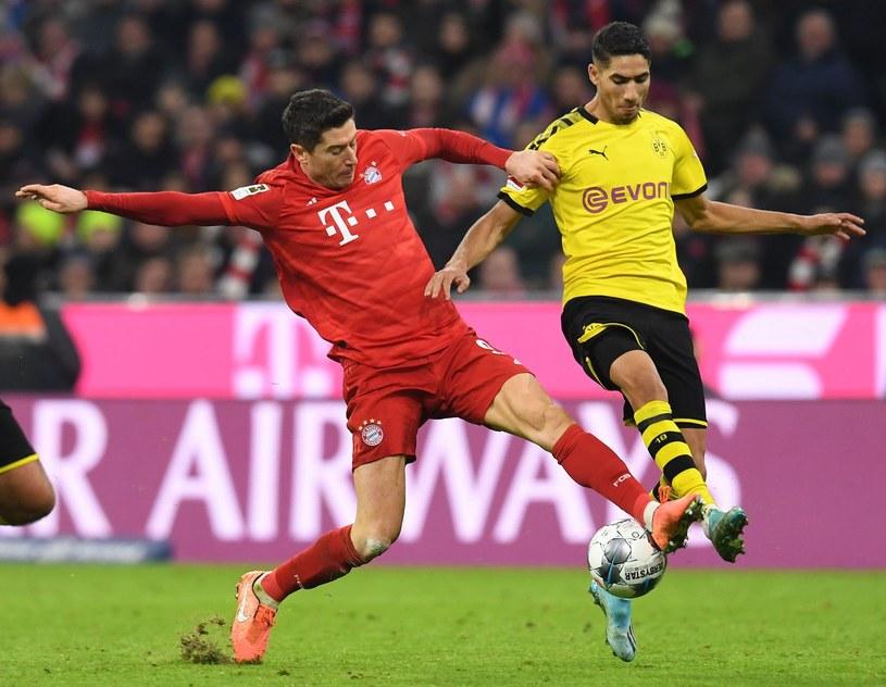 Robert Lewandowski w starciu z Achrafem Hakimim podczas listopadowego meczu z Borussią Dortmund /AFP