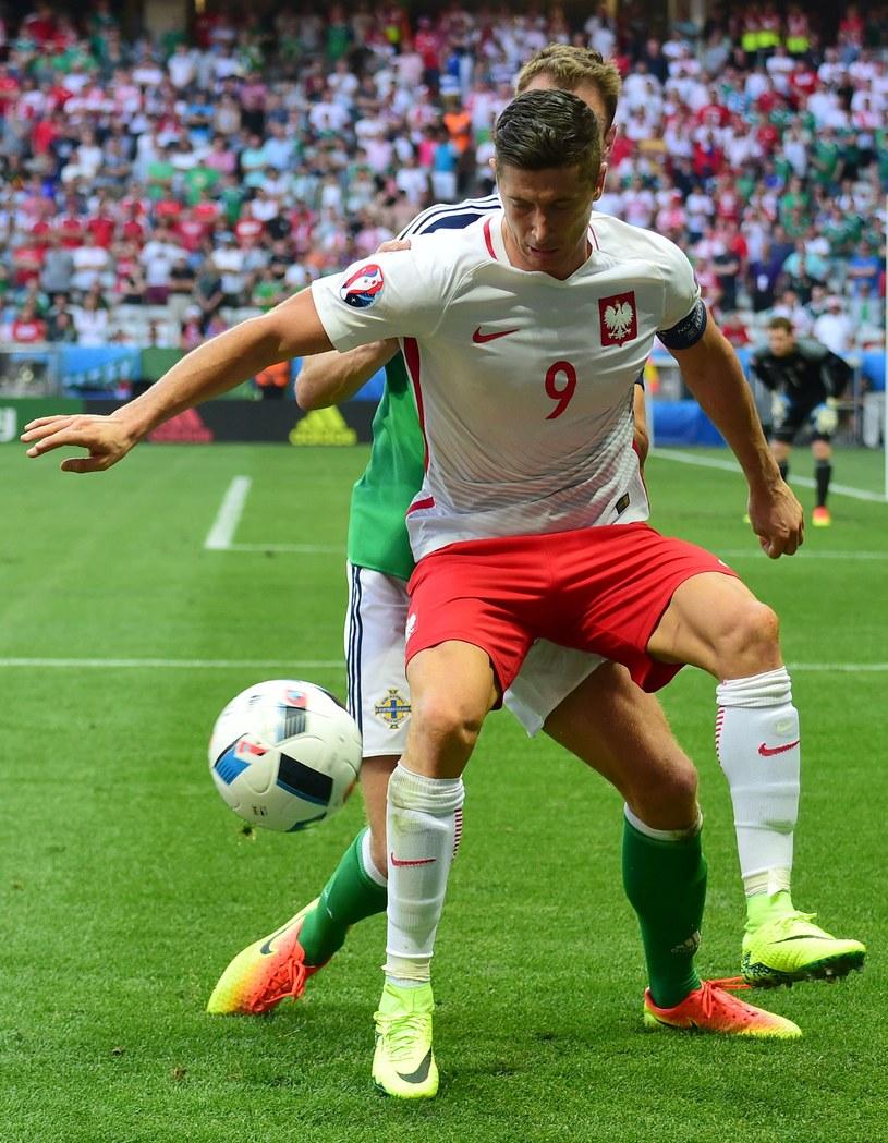 Robert Lewandowski w starciu z Irlandią Północną. /AFP