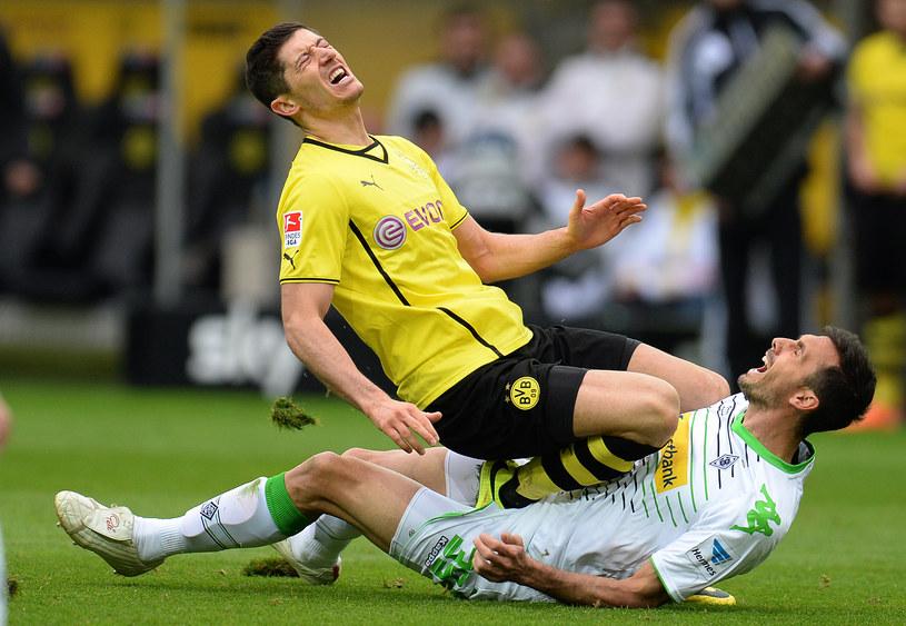 Robert Lewandowski w starciu z Martinem Stranzlem (Borussia Moenchengladbach) /AFP