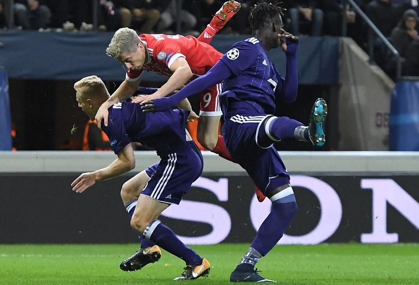 Robert Lewandowski w walce z zawodnikami Anderlechtu /AFP