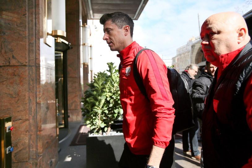 Robert Lewandowski wchodzi do hotelu w Wiedniu /Leszek Szymański /PAP