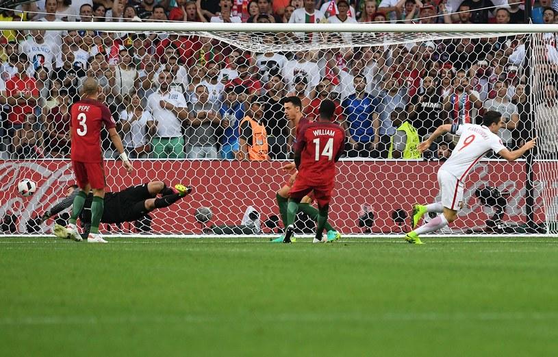 Robert Lewandowski właśnie trafił do bramki Portugalii /AFP