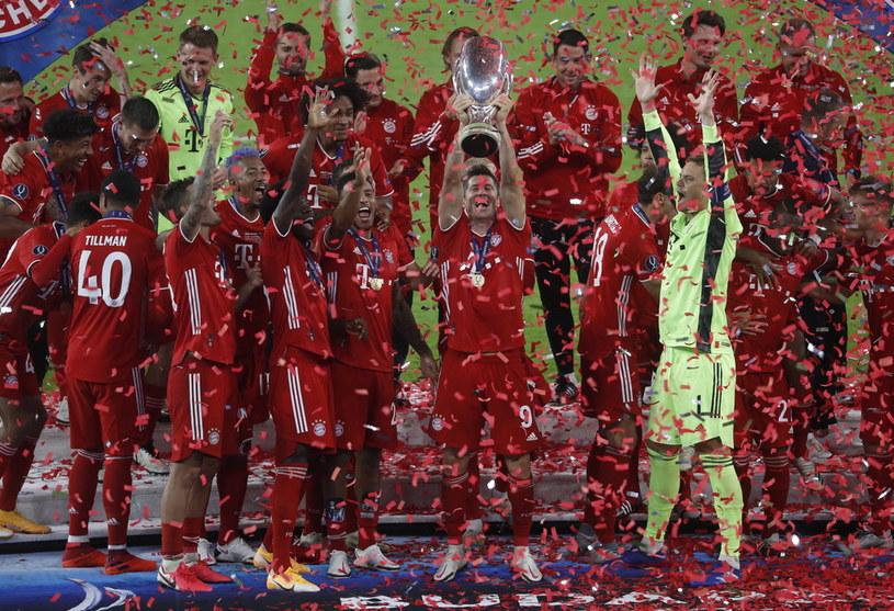 Robert Lewandowski wznosi Superpuchar Europy UEFA /Laszlo Balogh / POOL /PAP/EPA