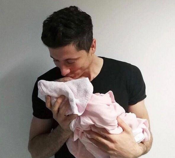 Robert Lewandowski z córką Klarą /Internet