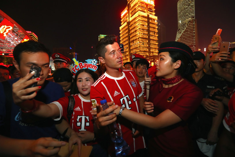 Robert Lewandowski z fanami w Chinach /Alexander Hassenstein /Getty Images