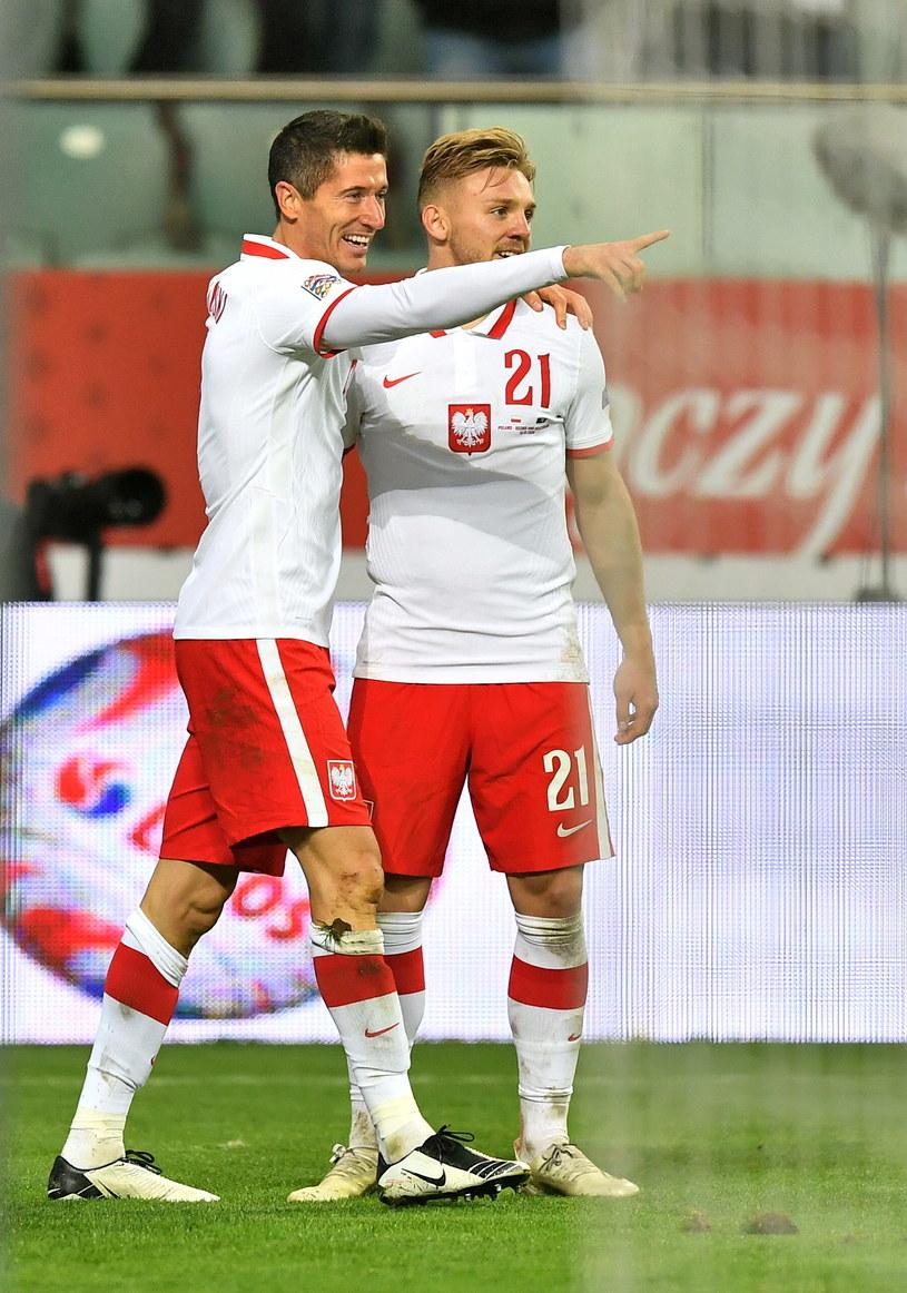 Robert Lewandowski (z lewej) cieszy się z gola razem z Kamilem Jóźwiakiem / Maciej Kulczyński    /PAP