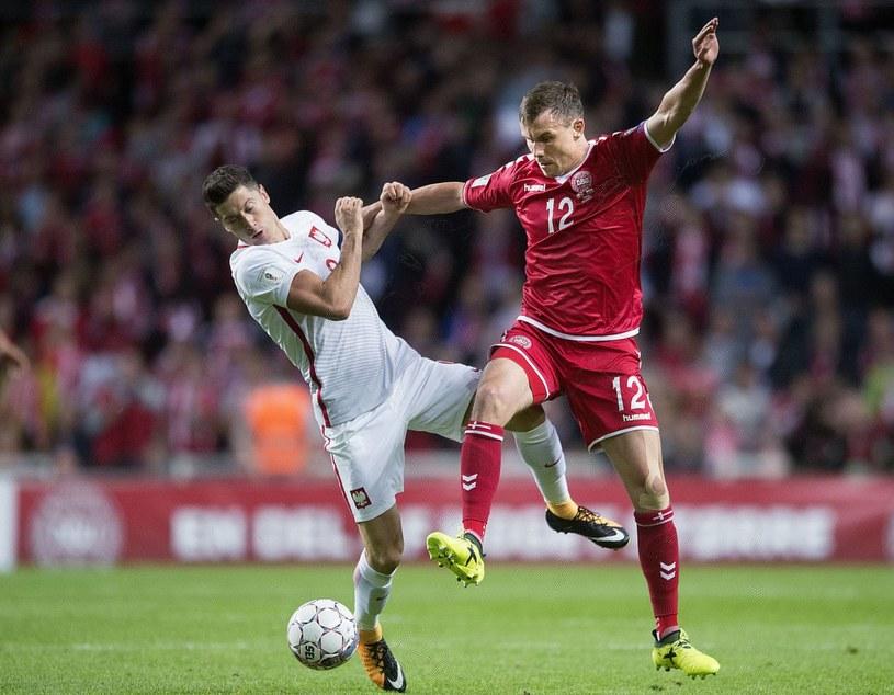 Robert Lewandowski (z lewej) i Andreas Bjelland podczas meczu Dania - Polska (4-0) w Kopenhadze /AFP