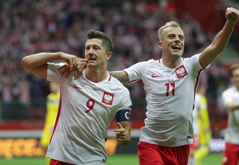 Robert Lewandowski (z lewej) i Kamil Grosicki podczas meczu z Kazachstanem /Bartłomiej Zborowski /PAP