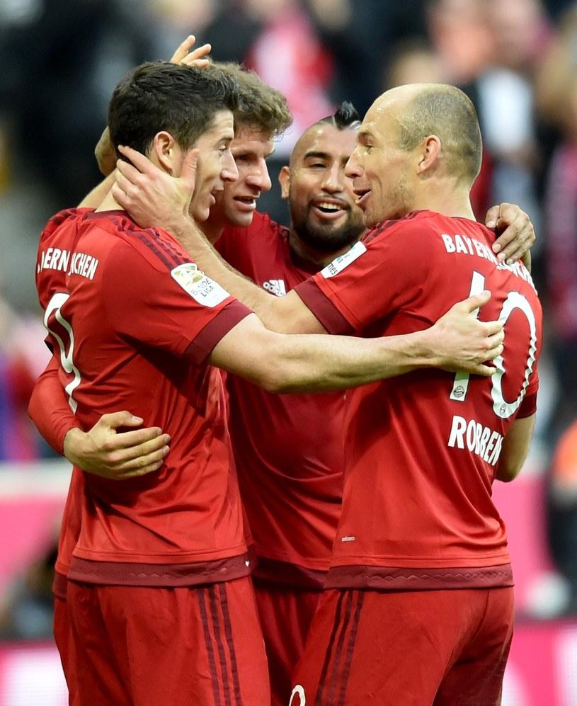 Robert Lewandowski (z lewej) przyjmuje gratulacje od Arjena Robbena /AFP