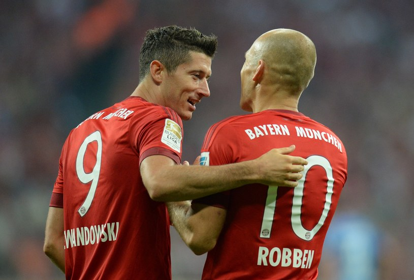 Robert Lewandowski (z lewej) udanie zainaugurował nowy sezon Bundesligi /AFP