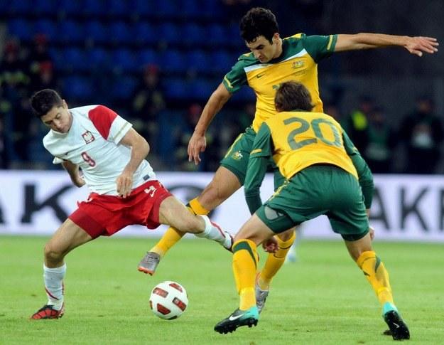 Robert Lewandowski (z lewej) w meczu z Australią. /AFP