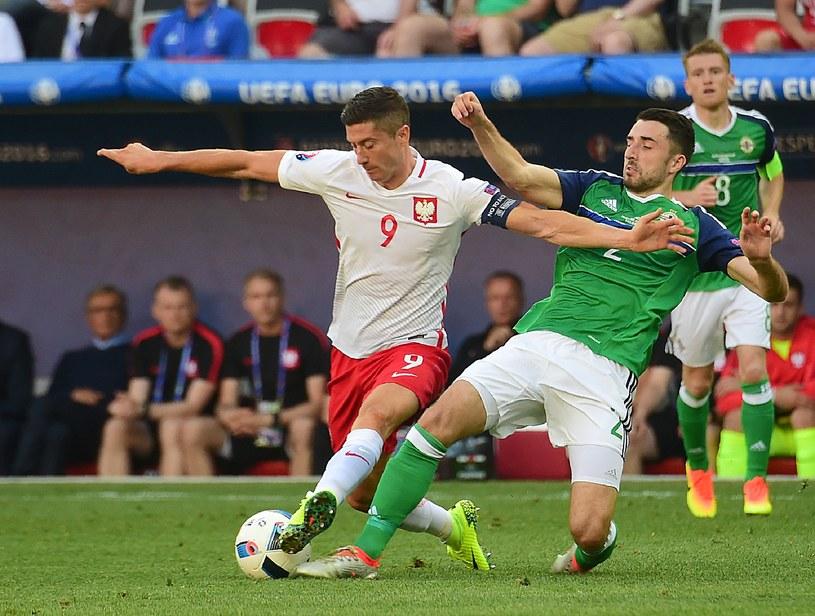 Robert Lewandowski (z lewej) w walce z Conorem McLaughlinem podczas meczu z Irlandią Północną /AFP