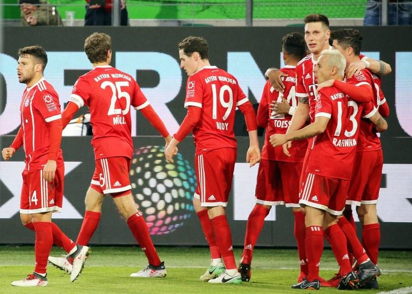 Robert Lewandowski (z prawej) cieszy się po golu w meczu z VfL Wolfsburg /PAP/EPA