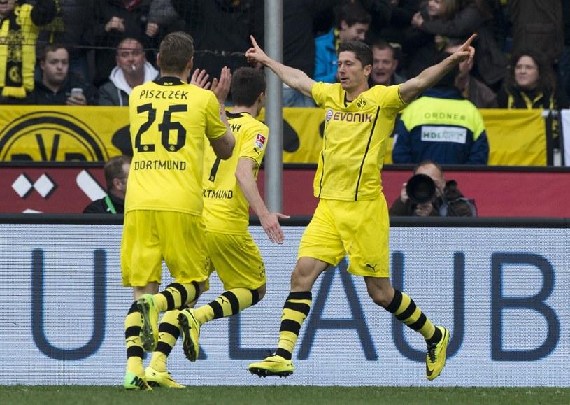 Robert Lewandowski (z prawej) cieszy się po zdobyciu gola dla Borussi w meczu z Hannoverem /AFP