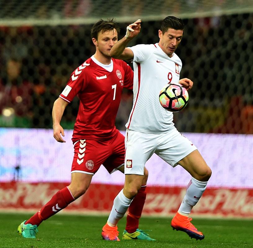 Robert Lewandowski (z prawej) i William Kvist podczas ubiegłorocznego meczu Polska - Dania /AFP