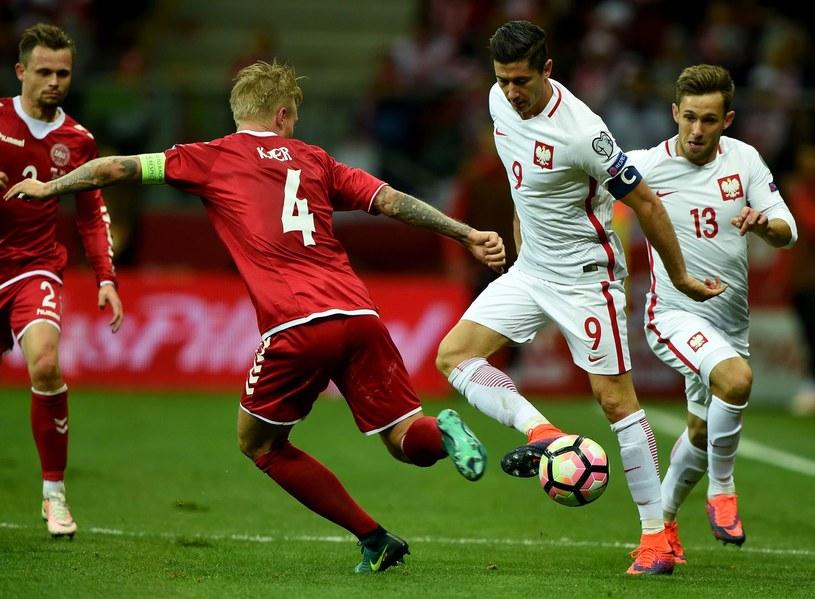Robert Lewandowski (z prawej) podczas meczu z Danią na Narodowym /AFP