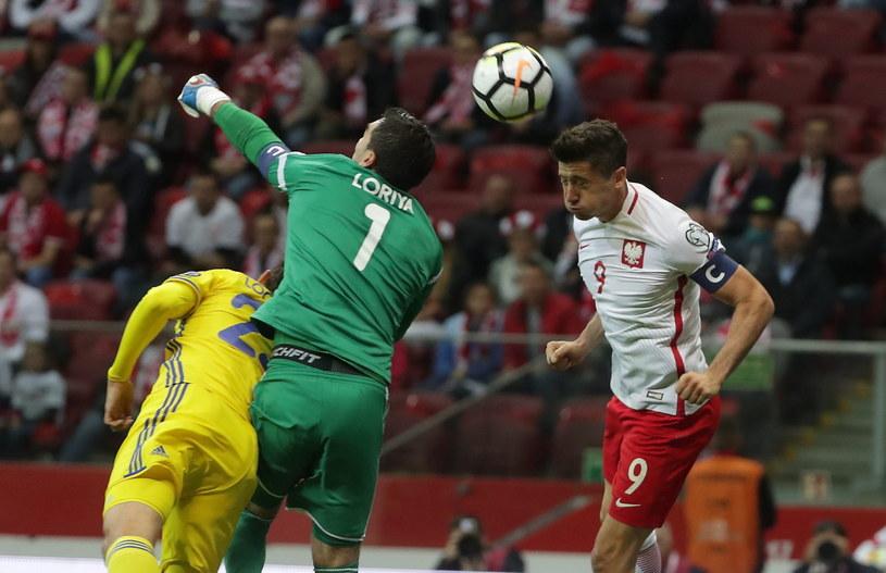 Robert Lewandowski (z prawej) podczas meczu z Kazachstanem /Bartłomiej Zborowski /PAP