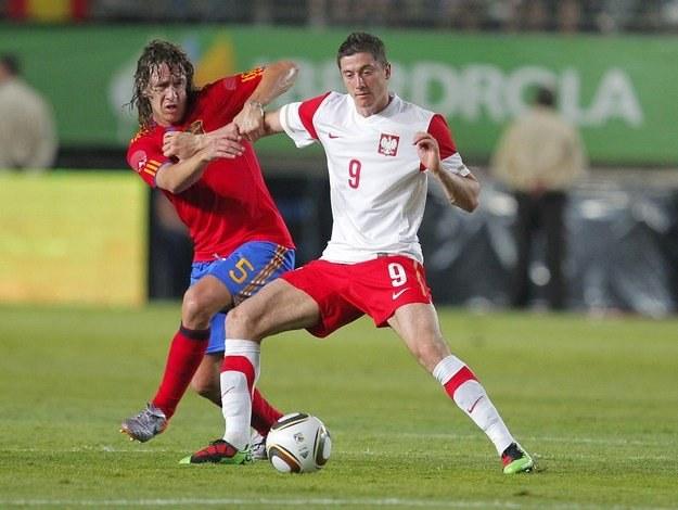 Robert Lewandowski (z prawej) w pojedynku z Carlesem Puyolem /AFP