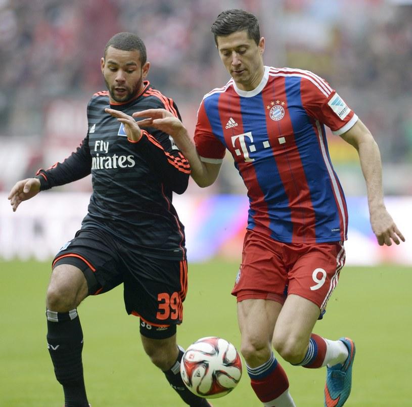 Robert Lewandowski (z prawej) w pojedynku z piłkarzem HSV Ashtonem Goetzem /AFP