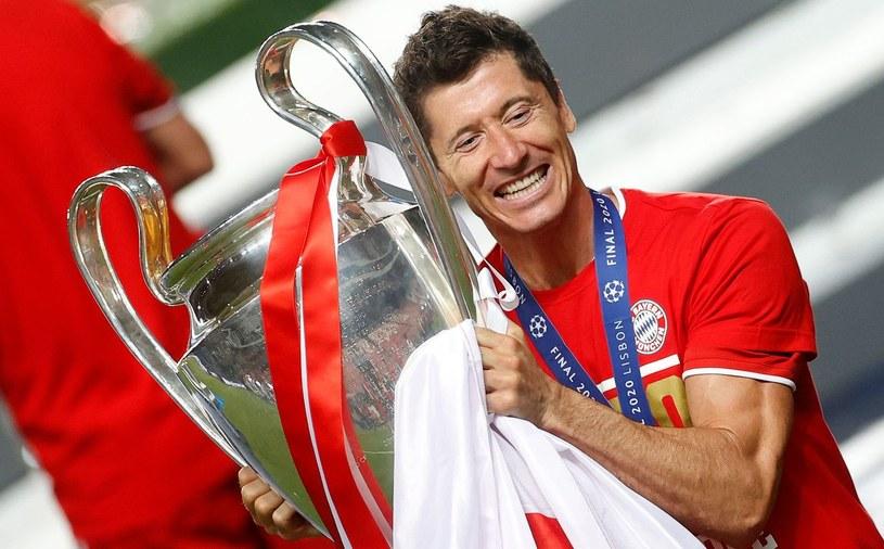 Robert Lewandowski z trofeum po triumfie w Lidze Mistrzów /AFP