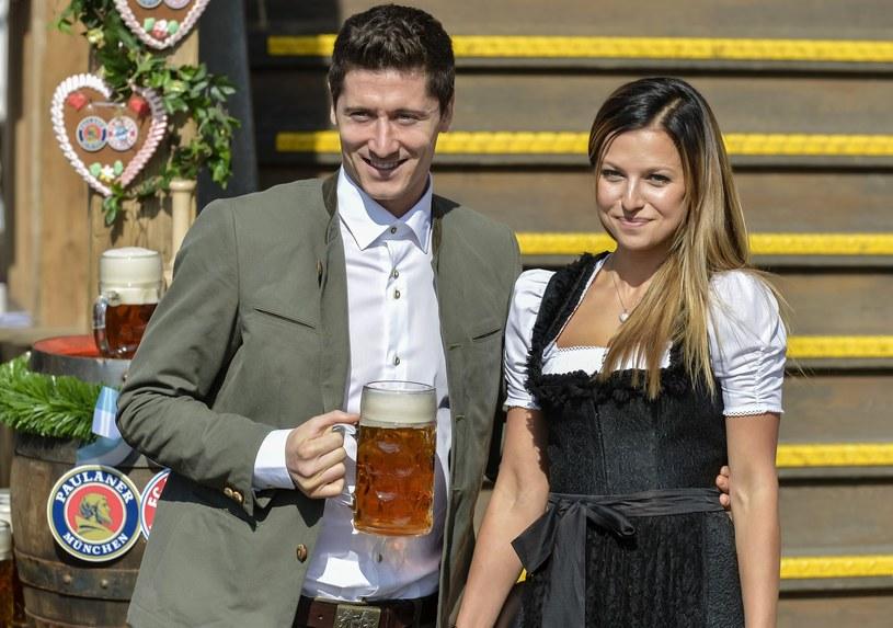 Robert Lewandowski z żoną Anną podczas Oktoberfest /AFP